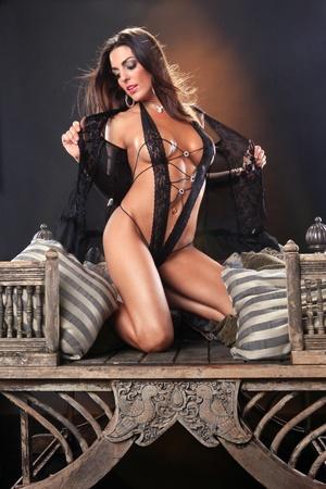 sensuel: Brunette sexy sur une chaise asiatique vintage