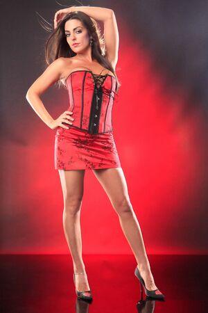 mini jupe: Mignonne brunette en corset Qipao Banque d'images