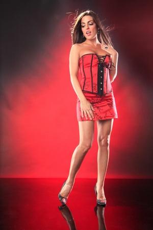 チャイナ ドレスのコルセットでかわいいブルネット