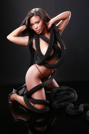 mujeres eroticas: Linda chica y cuerda marino Foto de archivo