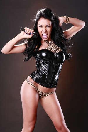 rocker girl: Morena en atuendo funky