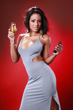 Cute karibische Mädchen Texting über ihr Getränk Standard-Bild - 9572635