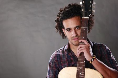 m�sico: Joven guitarrista