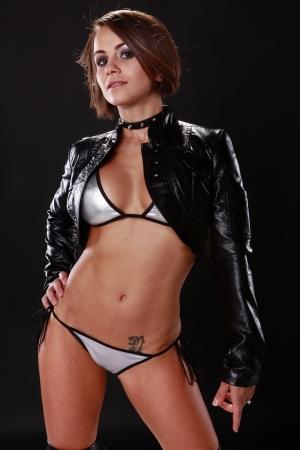 cabello casta�o claro: Buen aspecto Morena en bikini plateado y chaqueta de cuero