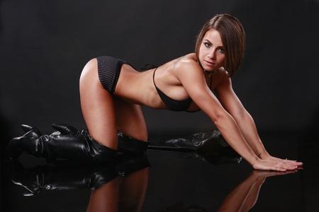 posa sexy: Forma Bruna in bikini nero e giacca di pelle
