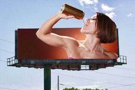 gold cans: Cartellone doppia copia-spazio di una giovane donna un drink in scatola