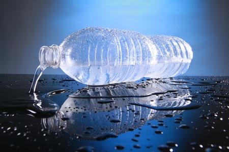 plastico pet: Agua embotellada fría Foto de archivo