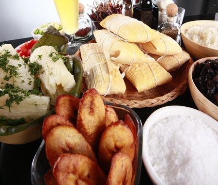 De primera necesidad lados latino, yuca, arroz, plátanos, tamales y frijoles negro Foto de archivo - 10824655
