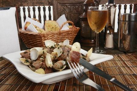 tabla de surf: Carne de cerdo tradicional portuguesa y almejas o Porco una Alentejana