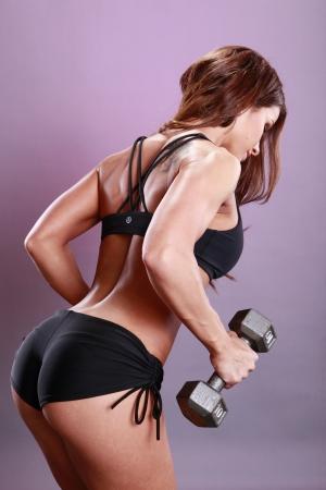 levantando pesas: Rutina de ejercicios con mancuernas modelo Foto de archivo