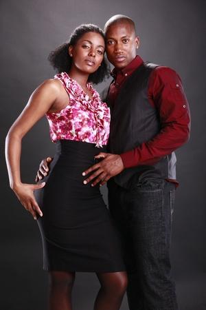 femmes africaines: Couple de jeunes gens african american sur le noir Banque d'images