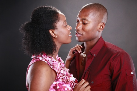 parejas sensuales: Pareja joven africano americano en negro