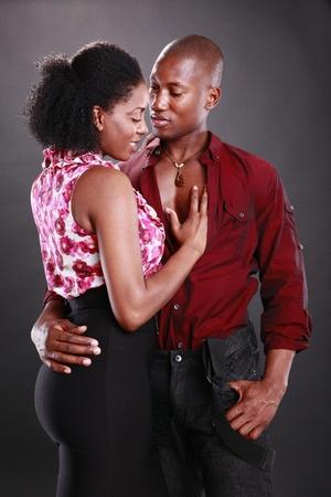 couple afro americain: Jeune couple afro-am�ricain sur le noir Banque d'images