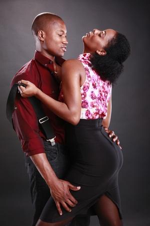 Jonge Afrikaanse Amerikaans echtpaar op zwart Stockfoto