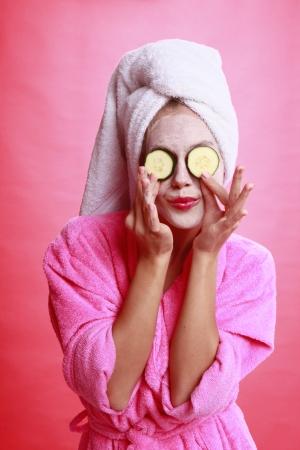 masked woman: Pepino el tratamiento del ojo y la m�scara de la cara Foto de archivo
