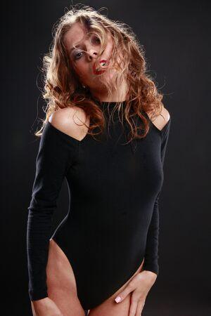 검은 색 매혹적인 금발