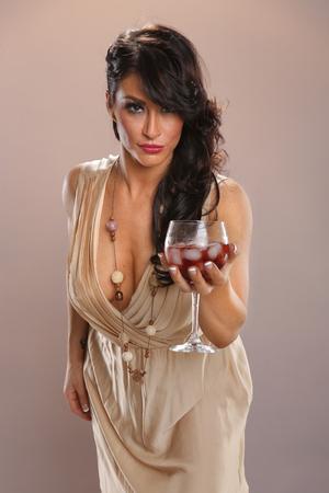 Hete brunette en rode wijn punch