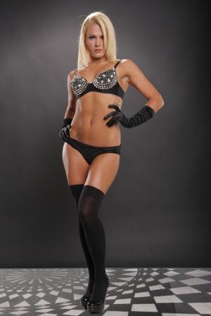 femme noir sexy: Sexy femme blonde posant en lingerie noire