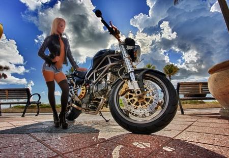 Les filles aiment les motos rapides Banque d'images - 25370265