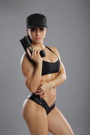 mujer con pistola: disparos en el ajuste del modelo gama
