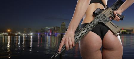 Vrouw die een geweer
