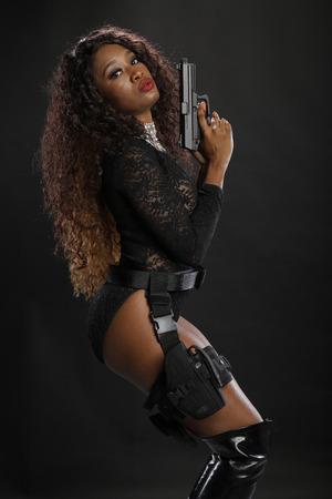 Pistol que lleva a la muchacha afroamericana