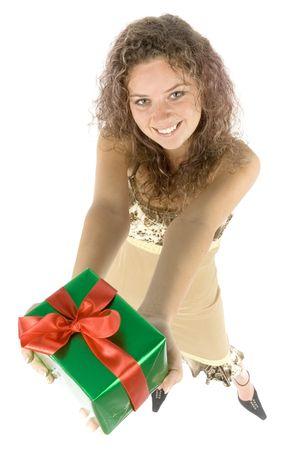 gifting: mujer aislada con el regalo