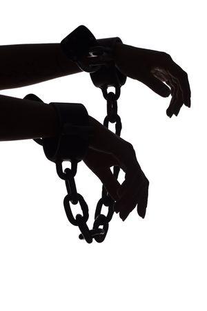 esclavo: aislados en blanco silueta de la mujer las manos con las cadenas
