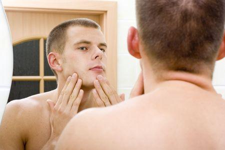 reflexion: Reflexi�n de la joven en el espejo del ba�o despu�s de afeitarse