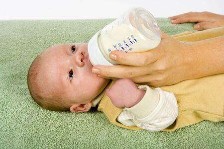 rompers: Mujer alimenta a su hijo reci�n nacido  Foto de archivo