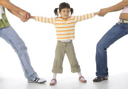 scheidung: Mann und Frau streiten um kleine, verwirrte M�dchen. Wei�em Hintergrund, der ganze K�rper M�dchen Lizenzfreie Bilder
