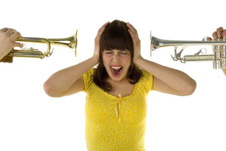 muscian: Alguien trompeta directamente a la mujer de las dos caras de la oreja. Se cubren los o�dos y gritando. Vista frontal. Fondo blanco.