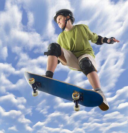 riding helmet: Joven skater hacer un salto en patineta. Unusual �ngulo de vista - a continuaci�n.