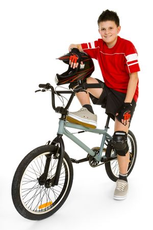 ni�os en bicicleta: Young, feliz ciclista sentado en BMX y mirando a c�mara. Aislado en fondo blanco.