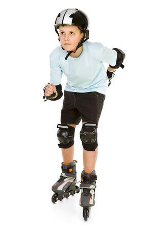 ni�o en patines: Chico joven patinadora listo para montar en patines. �l est� buscando algo. Vista frontal. Aislado sobre fondo blanco.