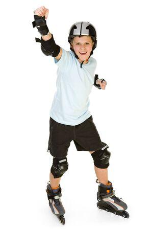 ni�o en patines: Young, feliz rodillo chico en la protecci�n permanente con kit manos y mirando la c�mara. Vista frontal. Aislado sobre fondo blanco.