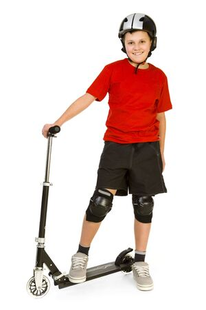 vespa: �Feliz muchacho vestido rojo camiseta de pie en su scooter y mirando a c�mara. Vista frontal. Aislado en fondo blanco.  Foto de archivo