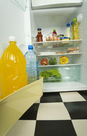 viveres: Alimentos en refrigerador abierto. Vista frontal. Foto de archivo