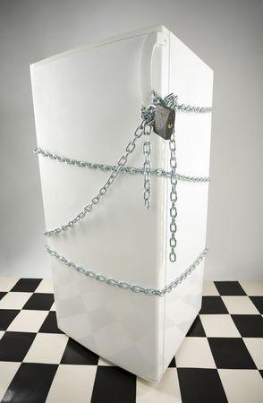 gula: Cerrado nevera enwinded de cadena y candado. Fondo gris. Alto �ngulo de vista
