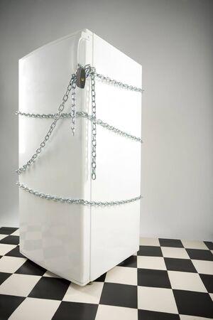 gula: Cerrado nevera enwinded de cadena y candado. Fondo gris. Vista lateral