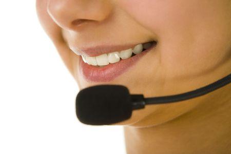 La mitad de la cara de mujer con micrófono. Centrado en la boca. Fondo blanco.  Foto de archivo