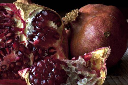 frischen Granatapfel Abschnitt mit sch�nen chromatischen
