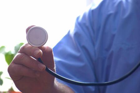 Arzt Stethoskop Tasse in der Hand f�r die Konsultation statt