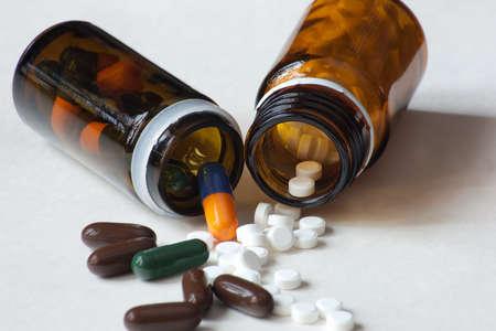 Medikamente Container mit Pillen und Kapseln in verschiedenen Farben und Formen