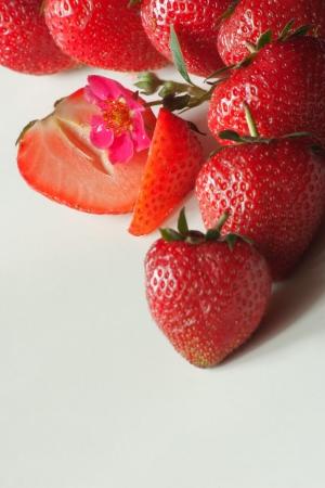 gruppiert Erdbeeren isoliert auf grauem Hintergrund