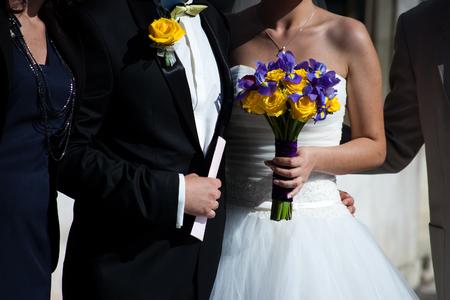 Frontansicht des Ehepaares durch Gast umgeben