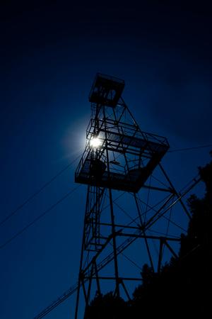 �lquelle Turm siluete auf dunklen blauen Himmel