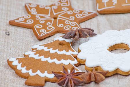 Lebkuchen in verschiedenen Formen f�r den Winterurlaub vorbereitet Lizenzfreie Bilder