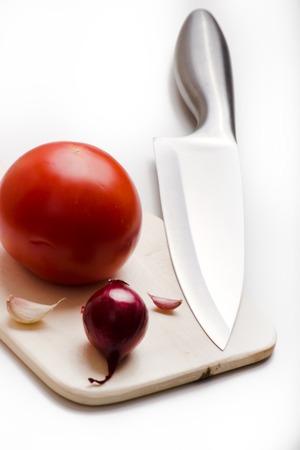 scharfes K�cheninstrumente, die von metallischen Messern und frischem Gem�se vertreten Lizenzfreie Bilder