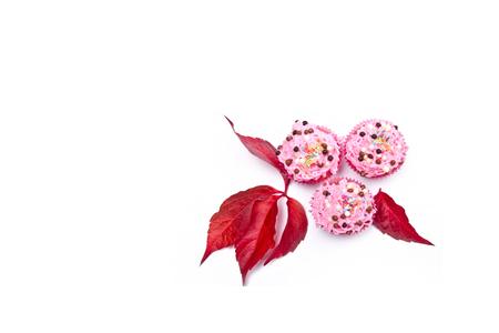 rosafarbene frische Muffins mit verschiedenen S��igkeiten Lizenzfreie Bilder